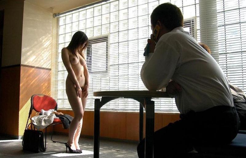 【全裸】素っ裸の女を仲間たちと観察する構図・・・これ怖いわwwwww(画像あり)・27枚目