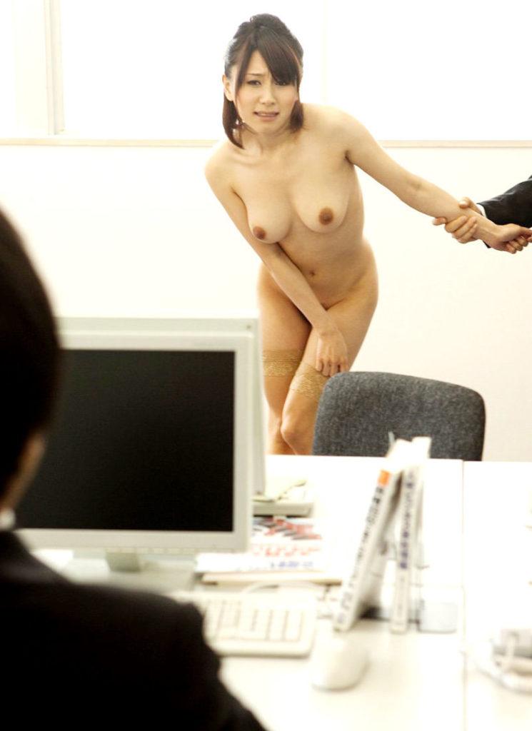 【全裸】素っ裸の女を仲間たちと観察する構図・・・これ怖いわwwwww(画像あり)・5枚目