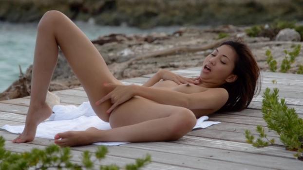 ヌーディストビーチでオナニーしちゃった女さん、ヤバい角度から盗撮されるwwwww・7枚目