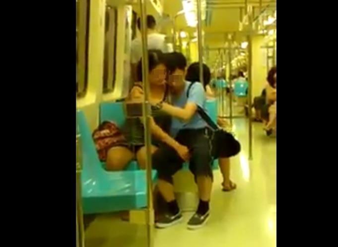 電車内で卑猥な事してる男女…日本のAV見過ぎじゃない?wwwww(画像あり)・8枚目