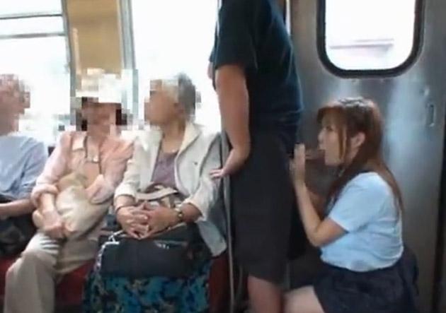 電車内で卑猥な事してる男女…日本のAV見過ぎじゃない?wwwww(画像あり)・9枚目