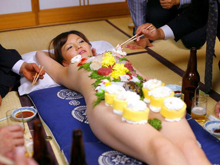 【エロ画像】金持ちの道楽「女体盛り」とかいう意味不明のイベントwwwwwww・1枚目