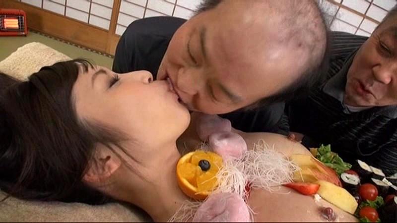 【エロ画像】金持ちの道楽「女体盛り」とかいう意味不明のイベントwwwwwww・11枚目