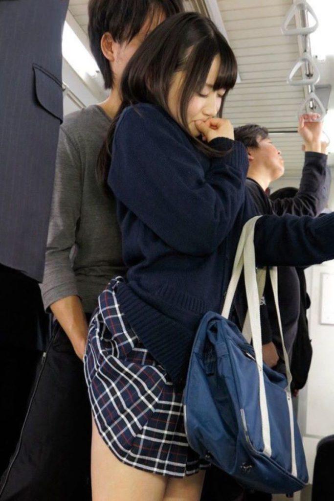 【エロ画像】通学中のJKさんが電車で触られてる 瞬間 が撮影される。。・13枚目