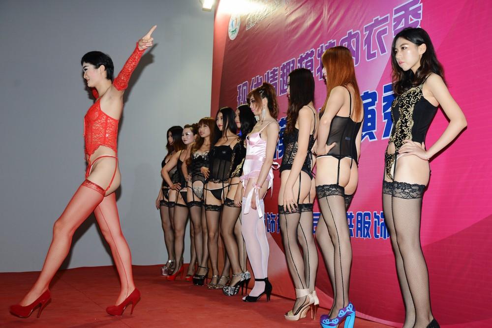 【下着エロ】中国のモデル女さん、ヤリすぎ下着を着せられショーに出演させられるwwwwww(画像あり)・14枚目