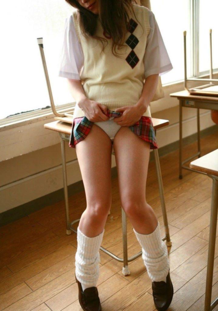 【エロ画像】スカート捲り上げてる JK が撮影される。パンツがエロすぎwwwwww・14枚目