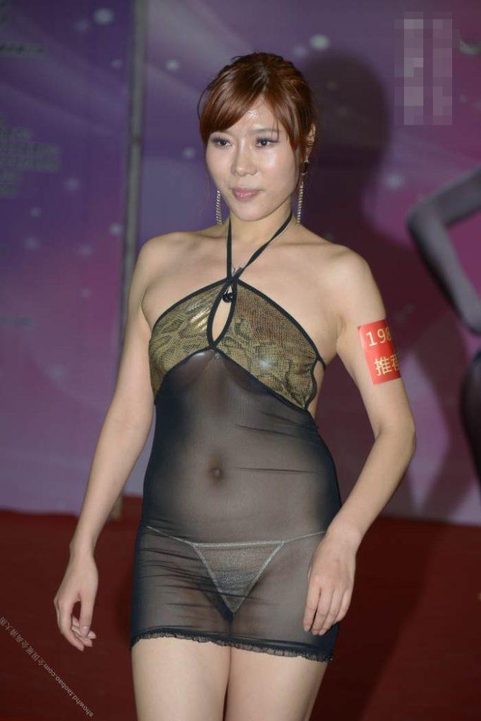 【下着エロ】中国のモデル女さん、ヤリすぎ下着を着せられショーに出演させられるwwwwww(画像あり)・16枚目