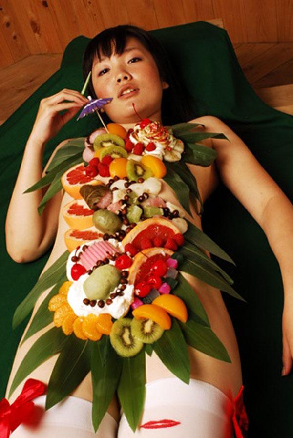 【エロ画像】金持ちの道楽「女体盛り」とかいう意味不明のイベントwwwwwww・17枚目
