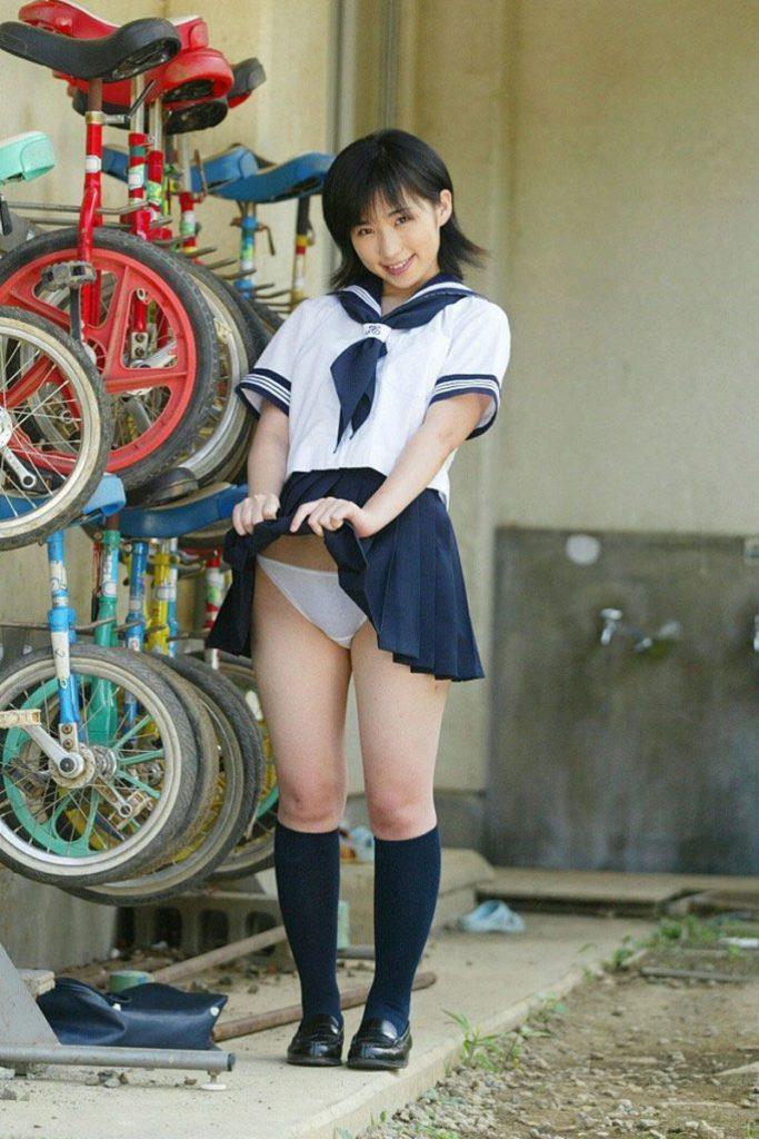 【エロ画像】スカート捲り上げてる JK が撮影される。パンツがエロすぎwwwwww・19枚目