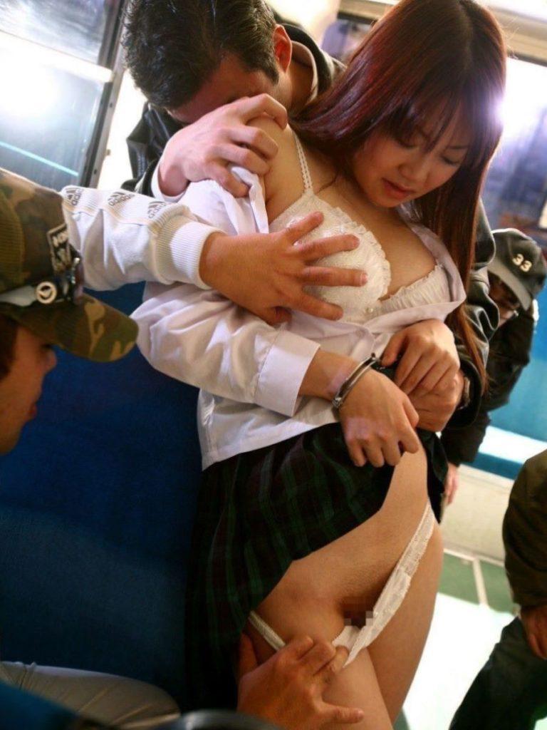 【エロ画像】通学中のJKさんが電車で触られてる 瞬間 が撮影される。。・21枚目