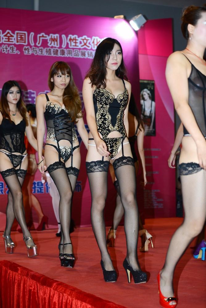 【下着エロ】中国のモデル女さん、ヤリすぎ下着を着せられショーに出演させられるwwwwww(画像あり)・22枚目