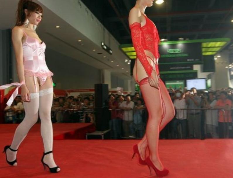 【下着エロ】中国のモデル女さん、ヤリすぎ下着を着せられショーに出演させられるwwwwww(画像あり)・26枚目
