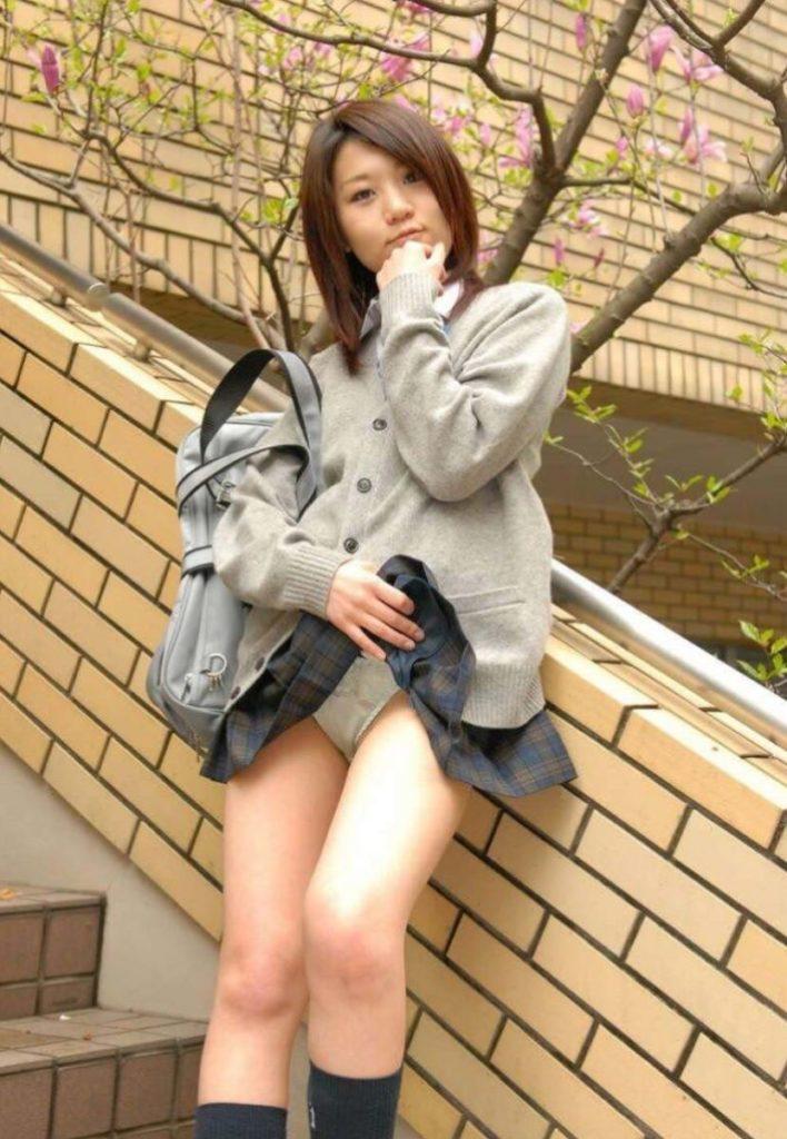 【エロ画像】スカート捲り上げてる JK が撮影される。パンツがエロすぎwwwwww・4枚目