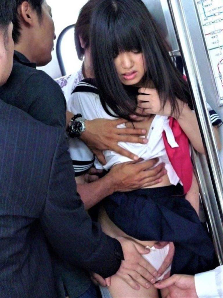 【エロ画像】通学中のJKさんが電車で触られてる 瞬間 が撮影される。。・5枚目