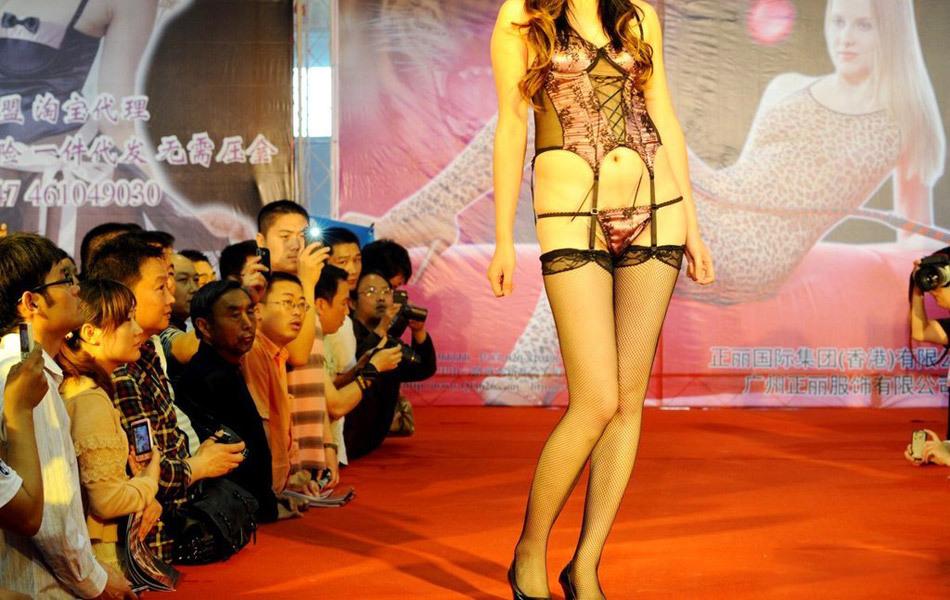 【下着エロ】中国のモデル女さん、ヤリすぎ下着を着せられショーに出演させられるwwwwww(画像あり)・6枚目