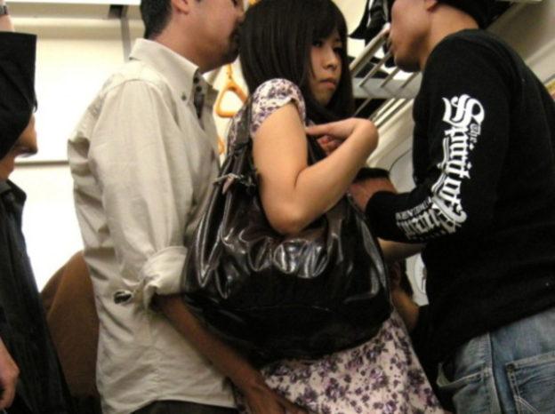 【痴漢エロ】電車でガチのチカン被害に遭ってる女の子が撮影される・・・(画像あり)・68枚目