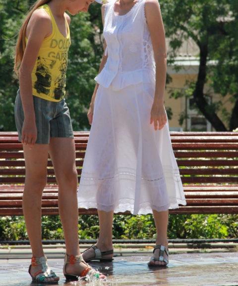 【街撮り】ロシアの街で流行ってる「透けファッション」とかいう服エッロwwwww・1枚目