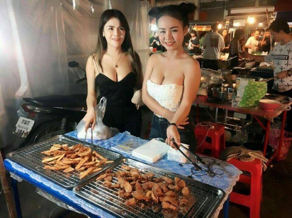 おっぱい丸出し…台湾の屋台女子の胸元をご覧ください。これは買うわwwwww(エロ画像)・1枚目