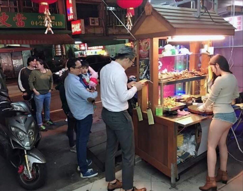 おっぱい丸出し…台湾の屋台女子の胸元をご覧ください。これは買うわwwwww(エロ画像)・10枚目