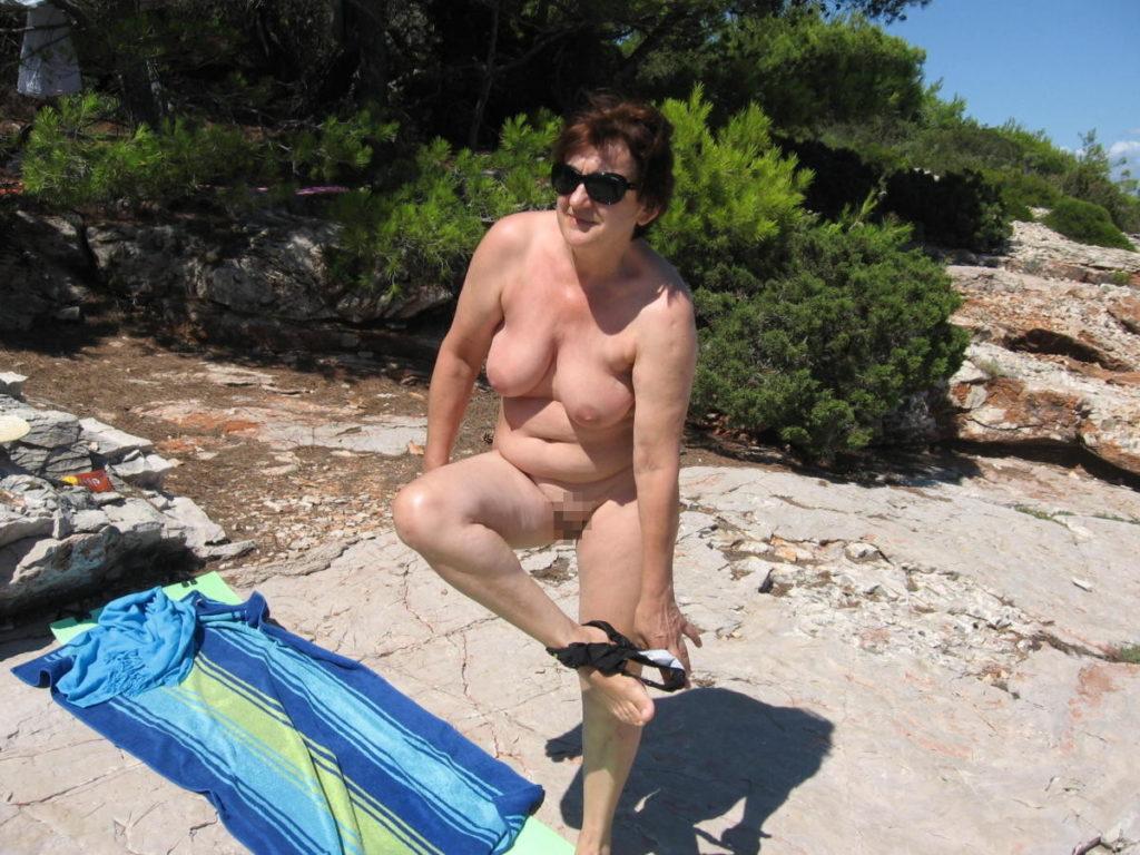 ヌーディストビーチに行ったワイ、好みのポチャ女だけ撮影して帰るwwwwwww(エロ画像)・11枚目