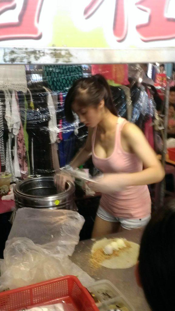 おっぱい丸出し…台湾の屋台女子の胸元をご覧ください。これは買うわwwwww(エロ画像)・11枚目