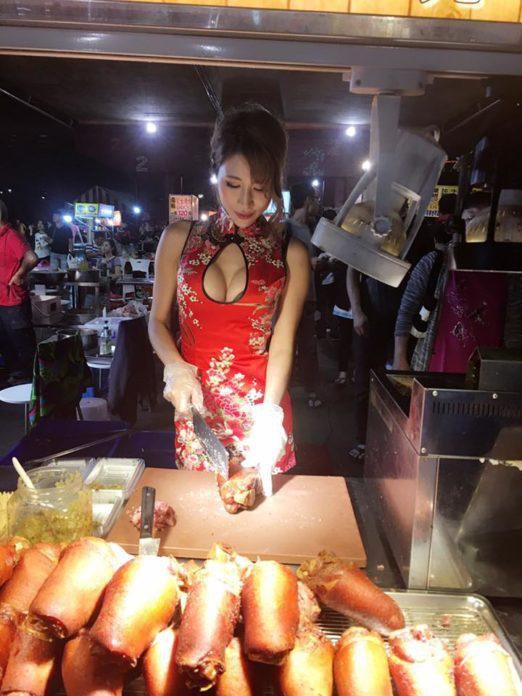 おっぱい丸出し…台湾の屋台女子の胸元をご覧ください。これは買うわwwwww(エロ画像)・13枚目