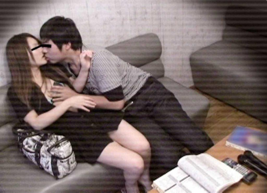 【素人盗撮】カラオケボックスでガチハメするカップルが晒されるwwwwwww・14枚目