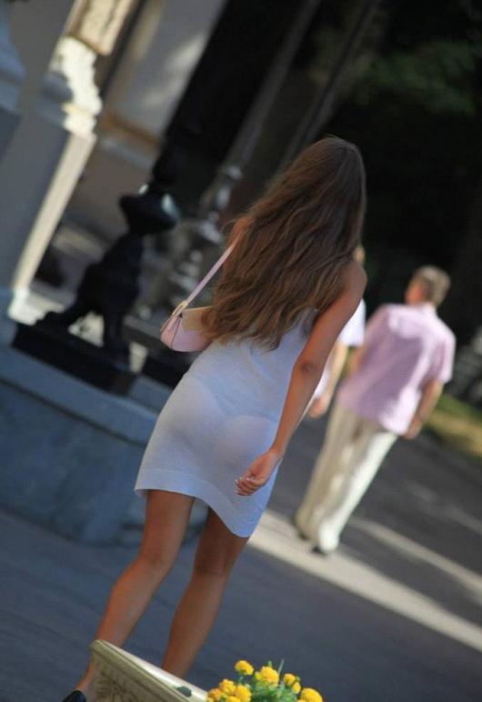 【街撮り盗撮】透けしてるTバック姿を撮影されたエロ尻素人まんさんがこちらwwwwwww(エロ画像)・15枚目