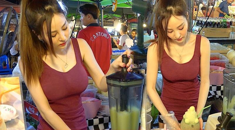 おっぱい丸出し…台湾の屋台女子の胸元をご覧ください。これは買うわwwwww(エロ画像)・15枚目