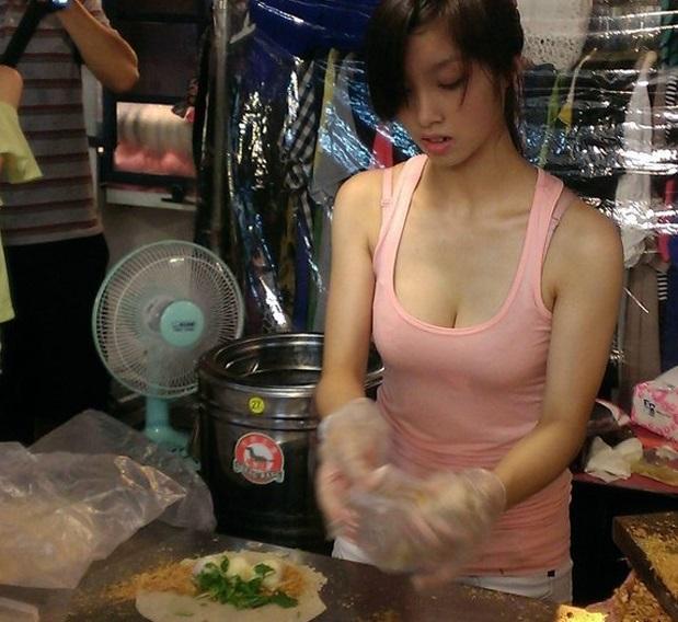 おっぱい丸出し…台湾の屋台女子の胸元をご覧ください。これは買うわwwwww(エロ画像)・17枚目