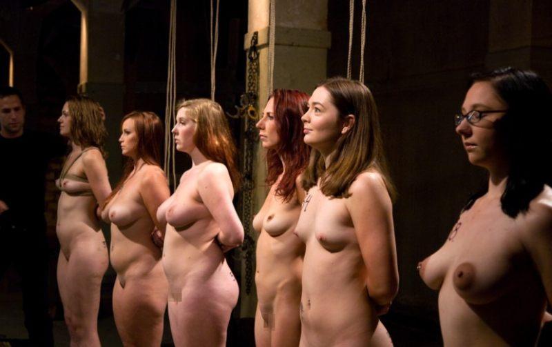 【人身売買】性奴隷オークションで女が買われる光景がこちら。。(画像あり)・18枚目
