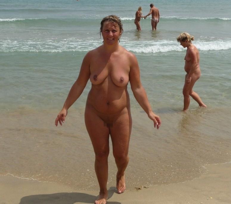 ヌーディストビーチに行ったワイ、好みのポチャ女だけ撮影して帰るwwwwwww(エロ画像)・2枚目