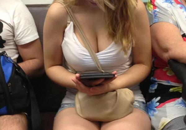 【盗撮】電車で見下ろすタイプのおっぱいエロ画像まとめ。デカすぎやろwwwww・2枚目