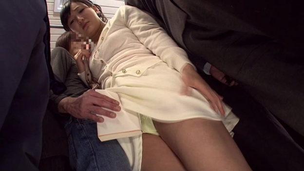【痴漢エロ】電車でガチのチカン被害に遭ってる女の子が撮影される・・・(画像あり)・87枚目