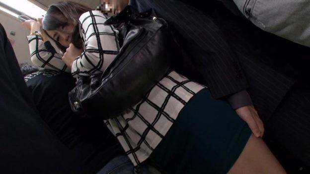 【痴漢エロ】電車でガチのチカン被害に遭ってる女の子が撮影される・・・(画像あり)・88枚目