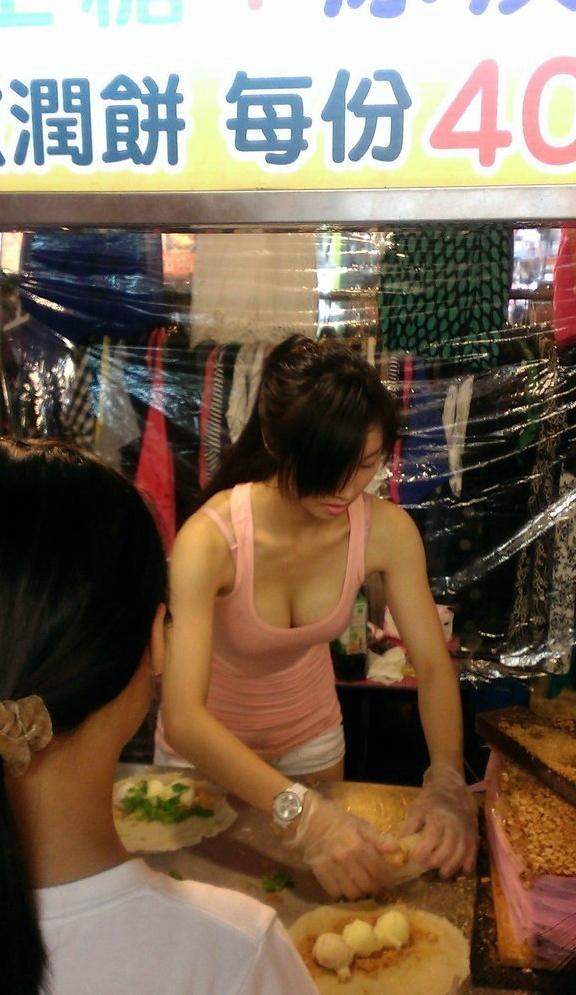 おっぱい丸出し…台湾の屋台女子の胸元をご覧ください。これは買うわwwwww(エロ画像)・24枚目