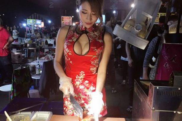 おっぱい丸出し…台湾の屋台女子の胸元をご覧ください。これは買うわwwwww(エロ画像)・3枚目