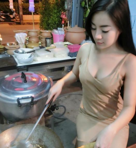 おっぱい丸出し…台湾の屋台女子の胸元をご覧ください。これは買うわwwwww(エロ画像)・6枚目