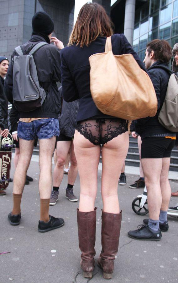 """""""ノーパンツ女子""""が地下鉄で撮影される。。確かに穿いてないねぇwwwwwww(エロ画像)・1枚目"""