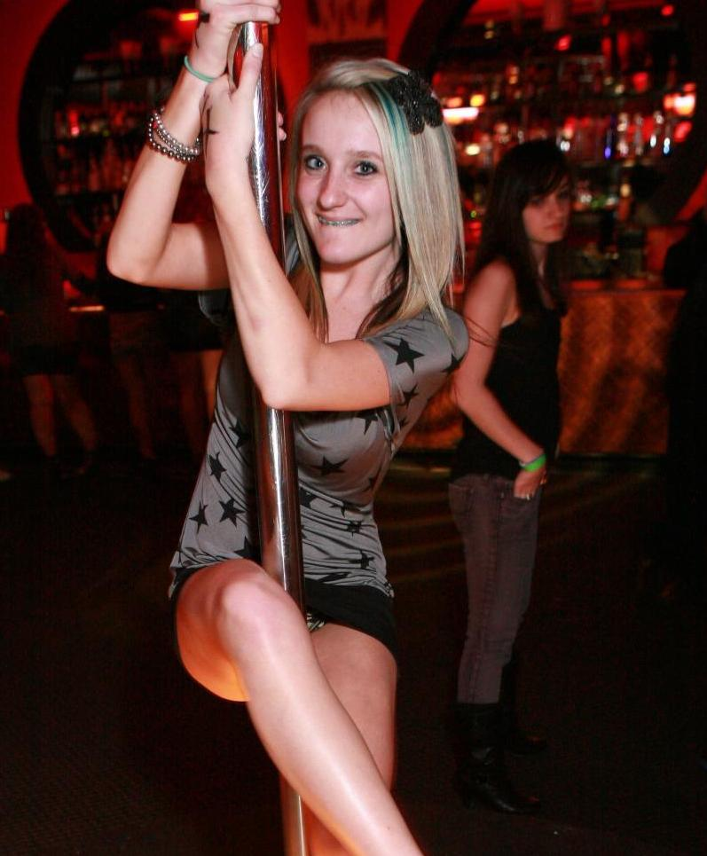 【エロ画像】本場のクラブに行ったワイ、高すぎるパンチラ率に勃起不可避wwwwww(36枚)・1枚目