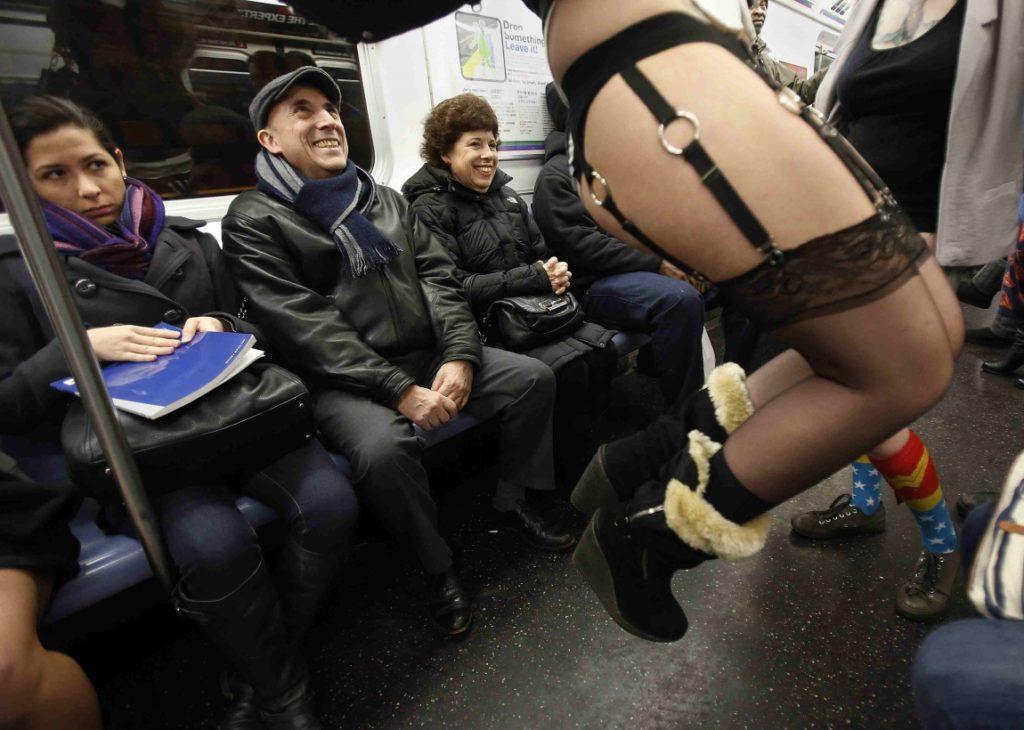 """""""ノーパンツ女子""""が地下鉄で撮影される。。確かに穿いてないねぇwwwwwww(エロ画像)・9枚目"""