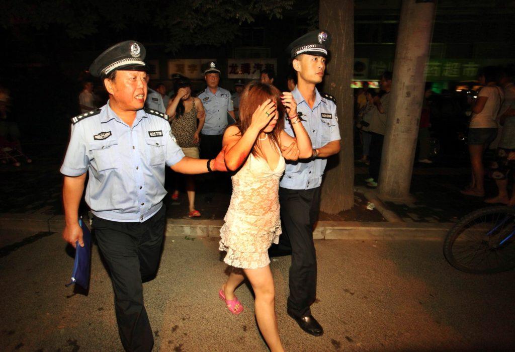 売春婦さん、逮捕の瞬間に撮影された決定的瞬間のエロ画像がコレwwwwwww(30枚)・9枚目