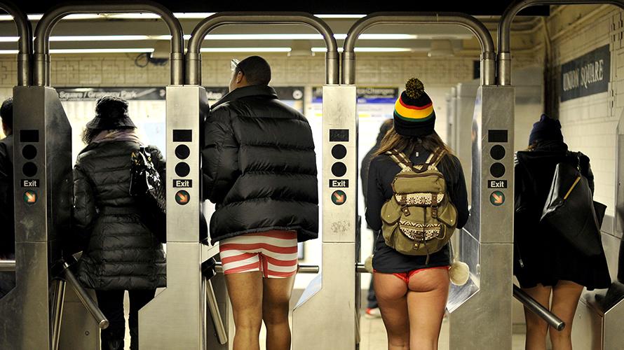 """""""ノーパンツ女子""""が地下鉄で撮影される。。確かに穿いてないねぇwwwwwww(エロ画像)・11枚目"""