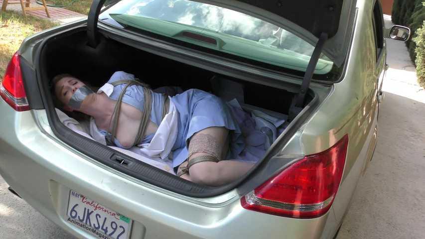 【エロ画像】誘拐されたまんさん、トランクでパシャッてされた画像がこれ・・・・13枚目