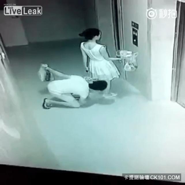 盗撮被害に遭ってる女の子を撮影した瞬間の画像。犯人の根性が半端じゃないwwwwww(画像あり)・14枚目