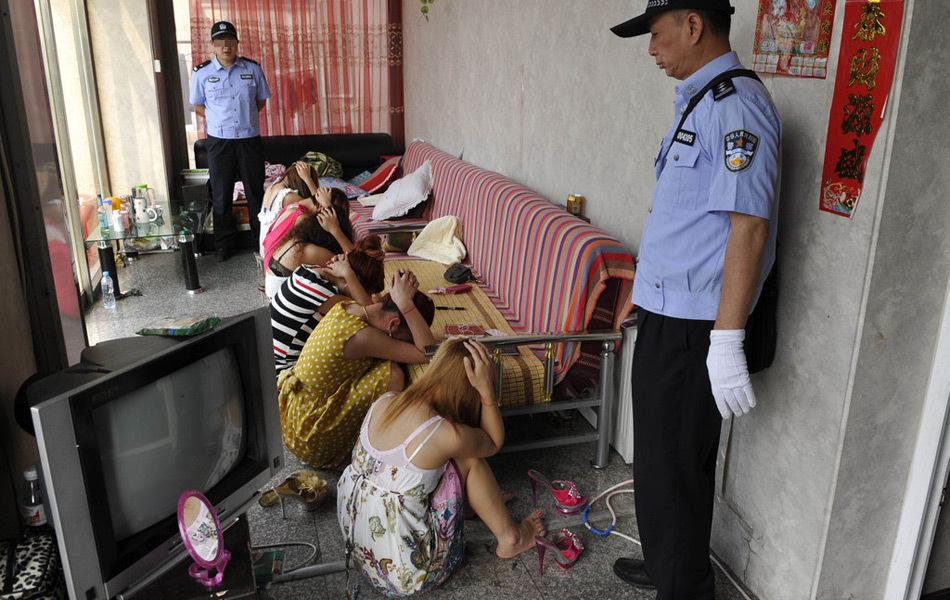 売春婦さん、逮捕の瞬間に撮影された決定的瞬間のエロ画像がコレwwwwwww(30枚)・16枚目