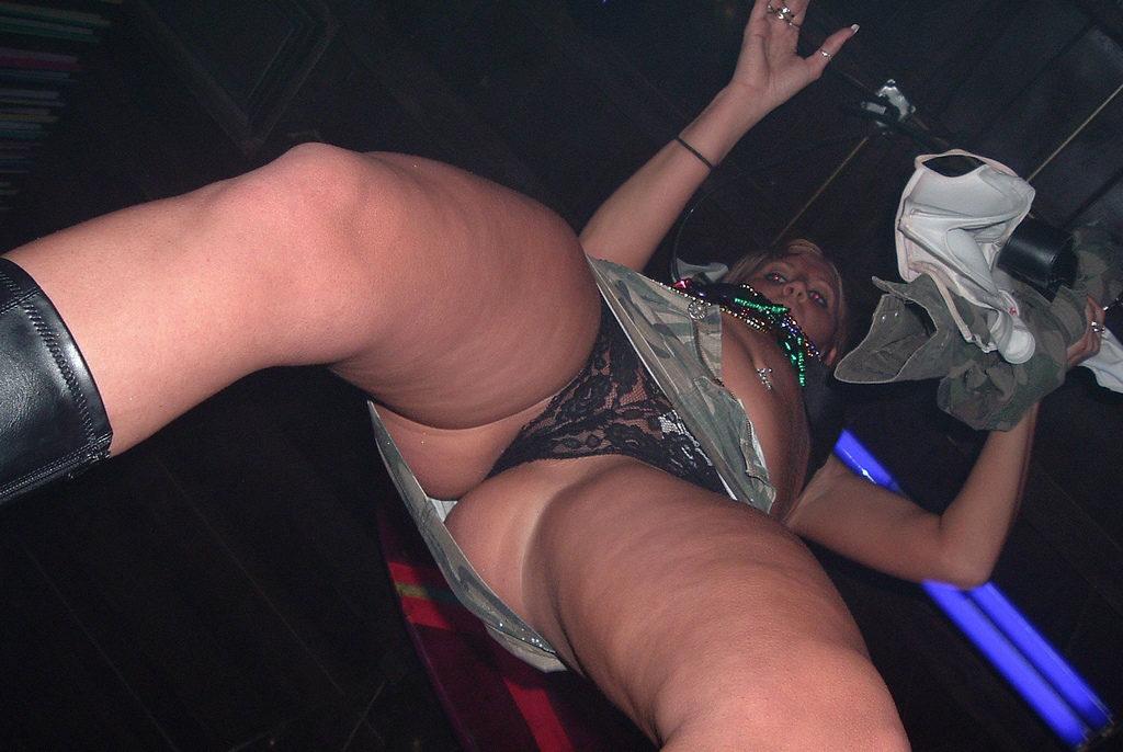 【エロ画像】本場のクラブに行ったワイ、高すぎるパンチラ率に勃起不可避wwwwww(36枚)・17枚目
