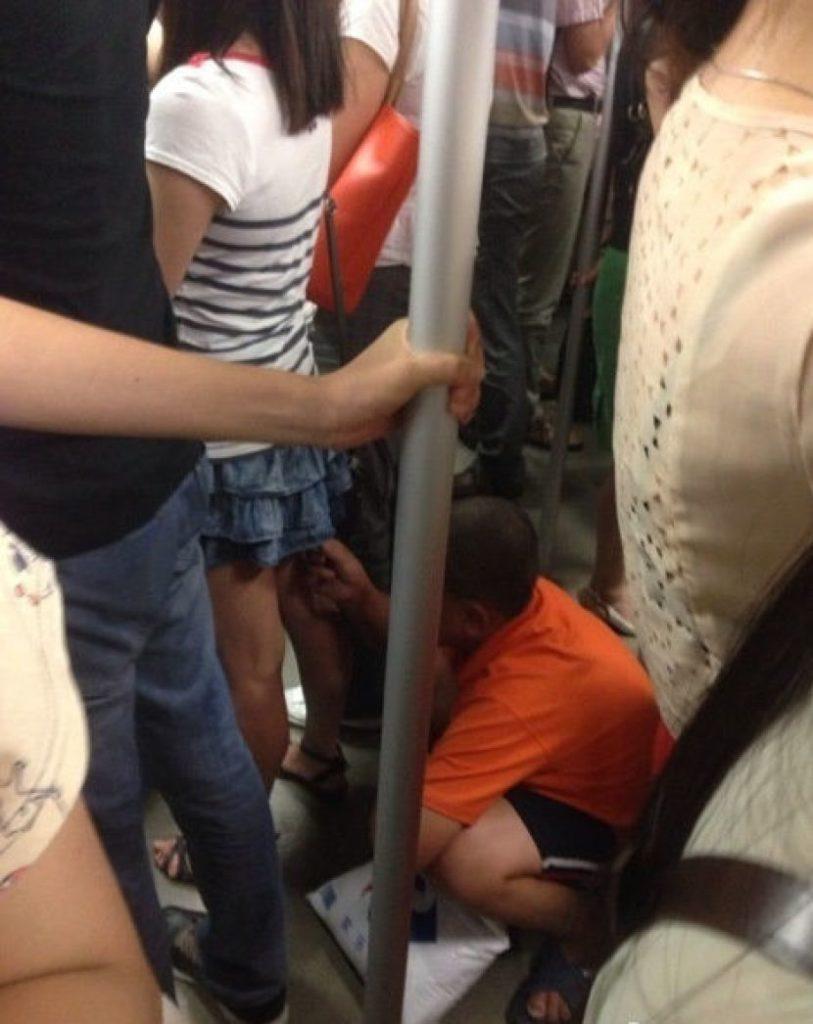 盗撮被害に遭ってる女の子を撮影した瞬間の画像。犯人の根性が半端じゃないwwwwww(画像あり)・18枚目