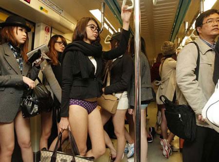 """""""ノーパンツ女子""""が地下鉄で撮影される。。確かに穿いてないねぇwwwwwww(エロ画像)・17枚目"""