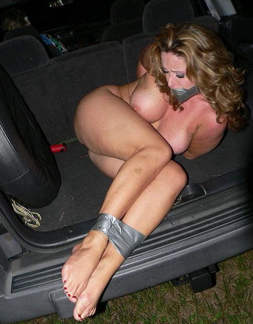 【エロ画像】誘拐されたまんさん、トランクでパシャッてされた画像がこれ・・・・18枚目